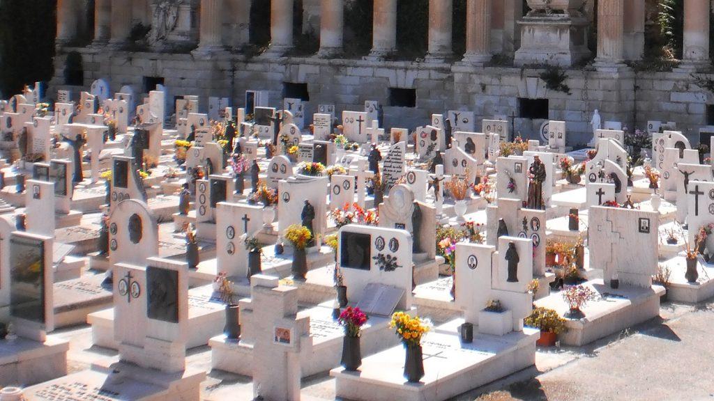 foto che ritrae il famedio del cimitero monumentale di Messina (Gran Camposanto) che custodisce le lapidi dei personaggi di rilievo della cittò