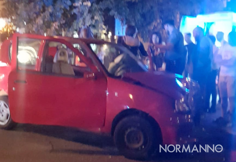 incidente in via cesare battisti a messina, coinvolta una fiat 500 rossa