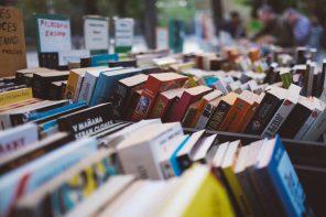 Foto di libri accatastati in una libreria su strada