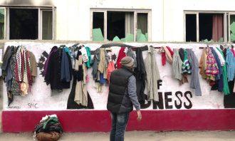 foto di un muro della gentilezza nel kashmir