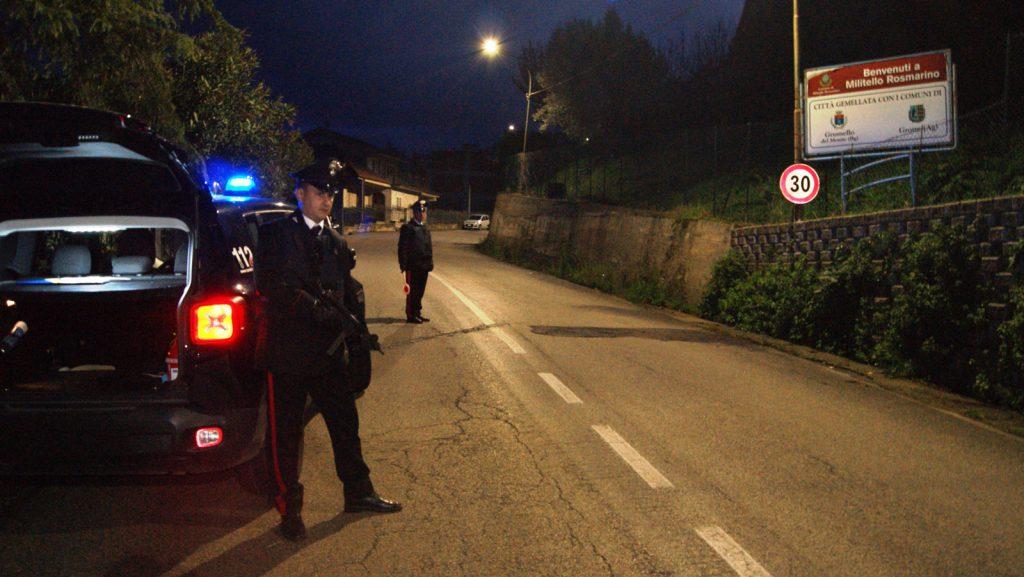 foto di due carabinieri per strada di notte