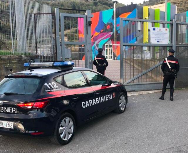 carabinieri di fronte a un liceo di giardini naxos dove hanno sventato un furto a un distributore di bibite