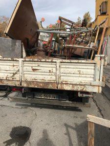 messinaservizi porta via i materiali abbandonati al mercato di sant'orsola