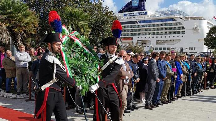 deposizione della corona d'alloro durante la festa delle forze armate a messina