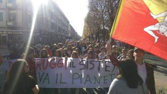 manifestazione degli studenti di messina scesi in piazza per fridays for future