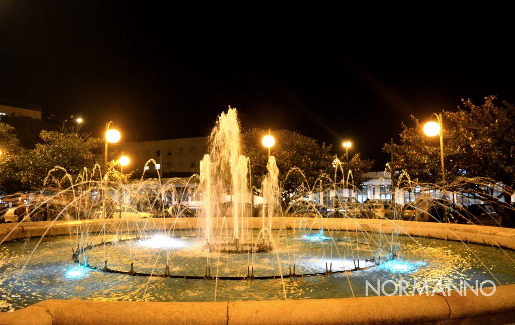Foto fontana che zampilla, piazza Stazione Centrale di Messina