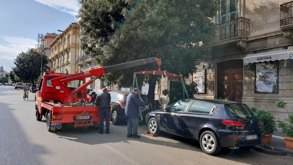 foto di un carroattrezzi che rimuove un'auto da un parcheggio in sosta vietata a messina