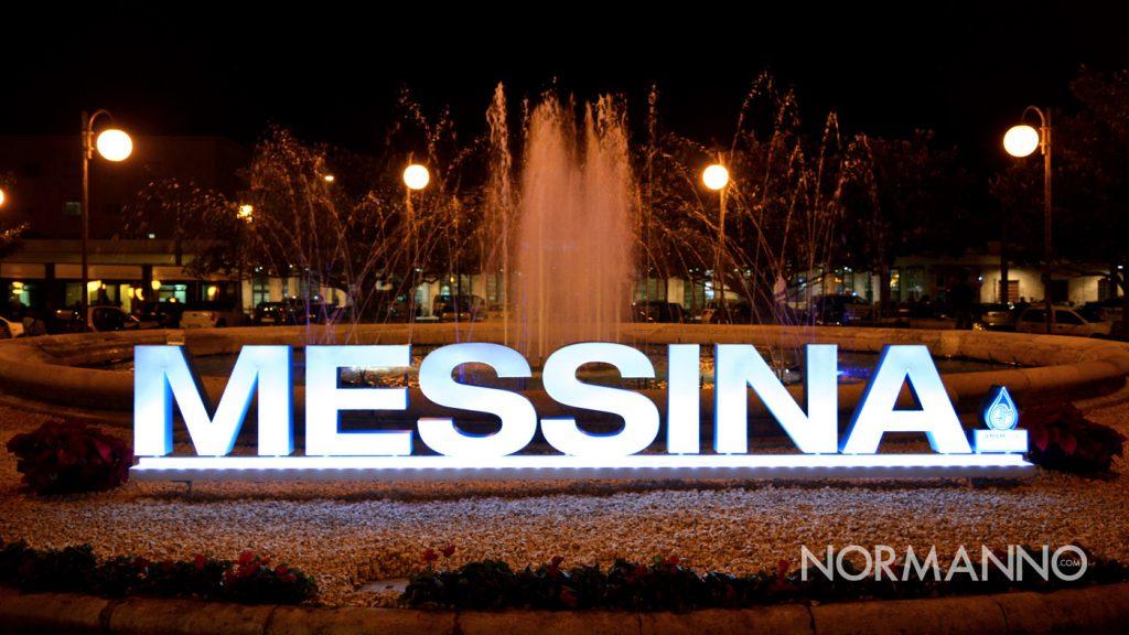"""Foto della scritta """"Messina"""" illuminata nella piazza della Stazione Centrale"""