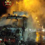 camion in fiamme in tangenziale a Messina, sulla E45 all'altezza dello svincolo di San Filippo. I vigili del fuoco sono intervenuti per spegnere l'incendio