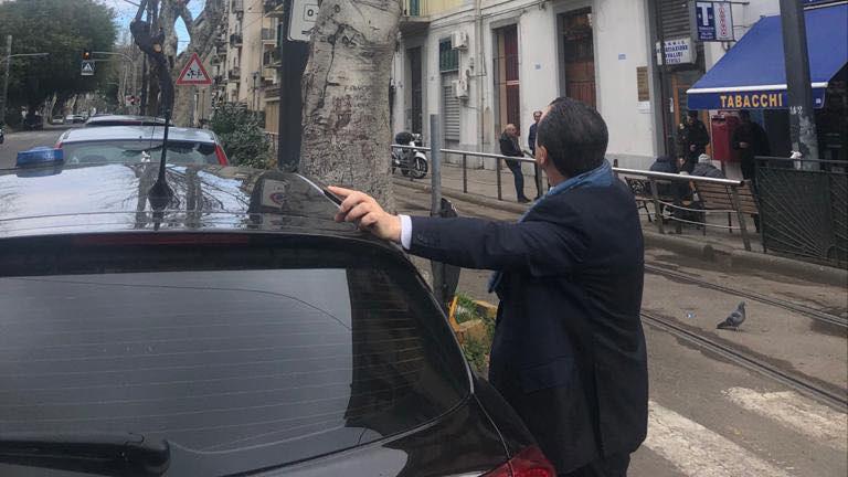 auto blu del sindaco cateno de luca parcheggiata sulle strisce pedonali