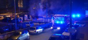 i vigili del fuoco intervengono per spegnere l'incendio tra le baracche di camaro sottomontagna