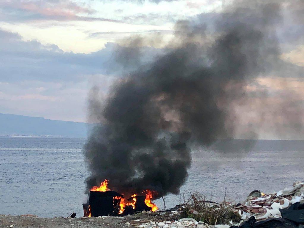spiaggia maregrosso, waterfront invaso da rifiuti in fiamme