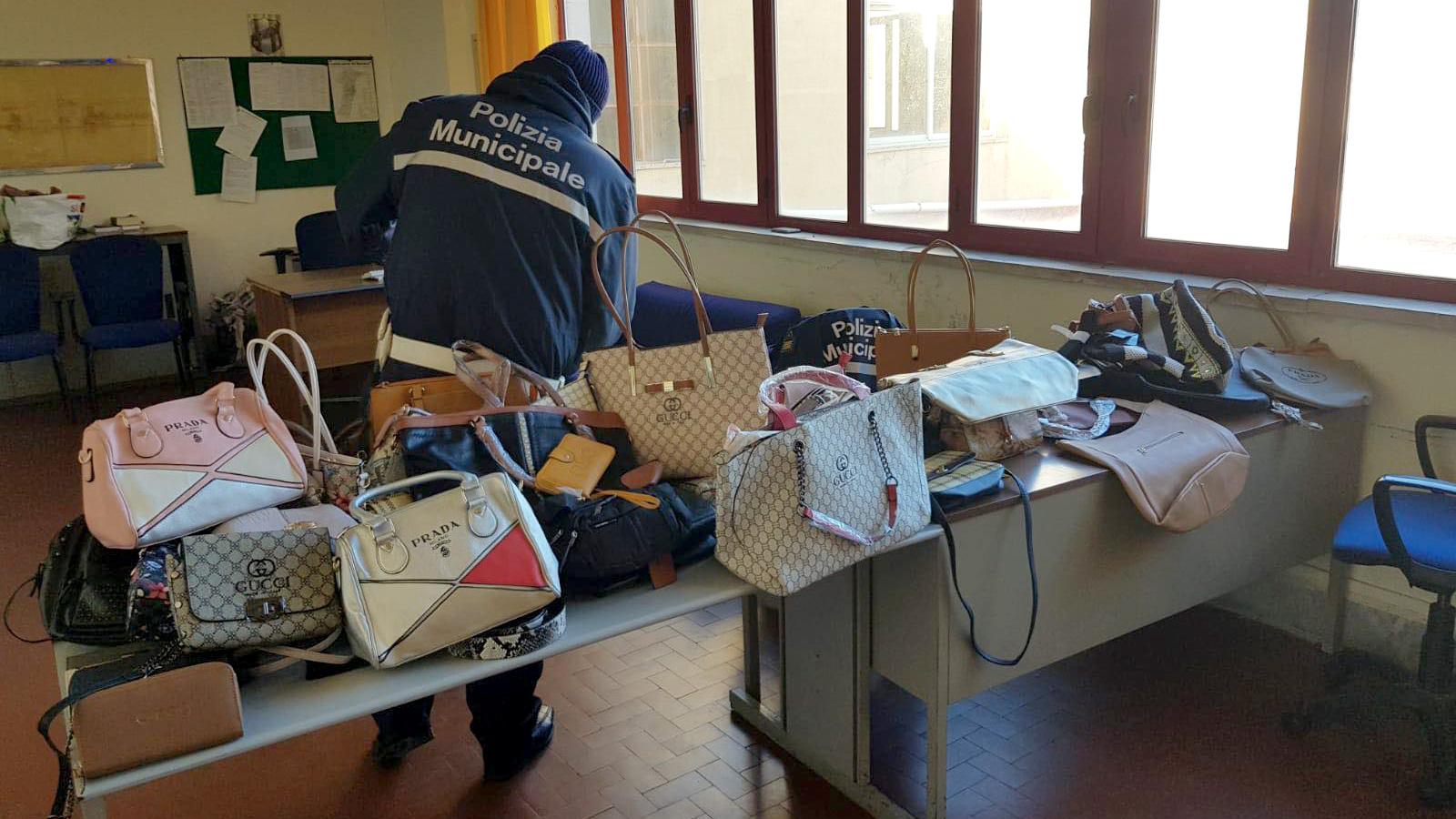 borse griffate false sequestrate dalla polizia municipale in centro a messina