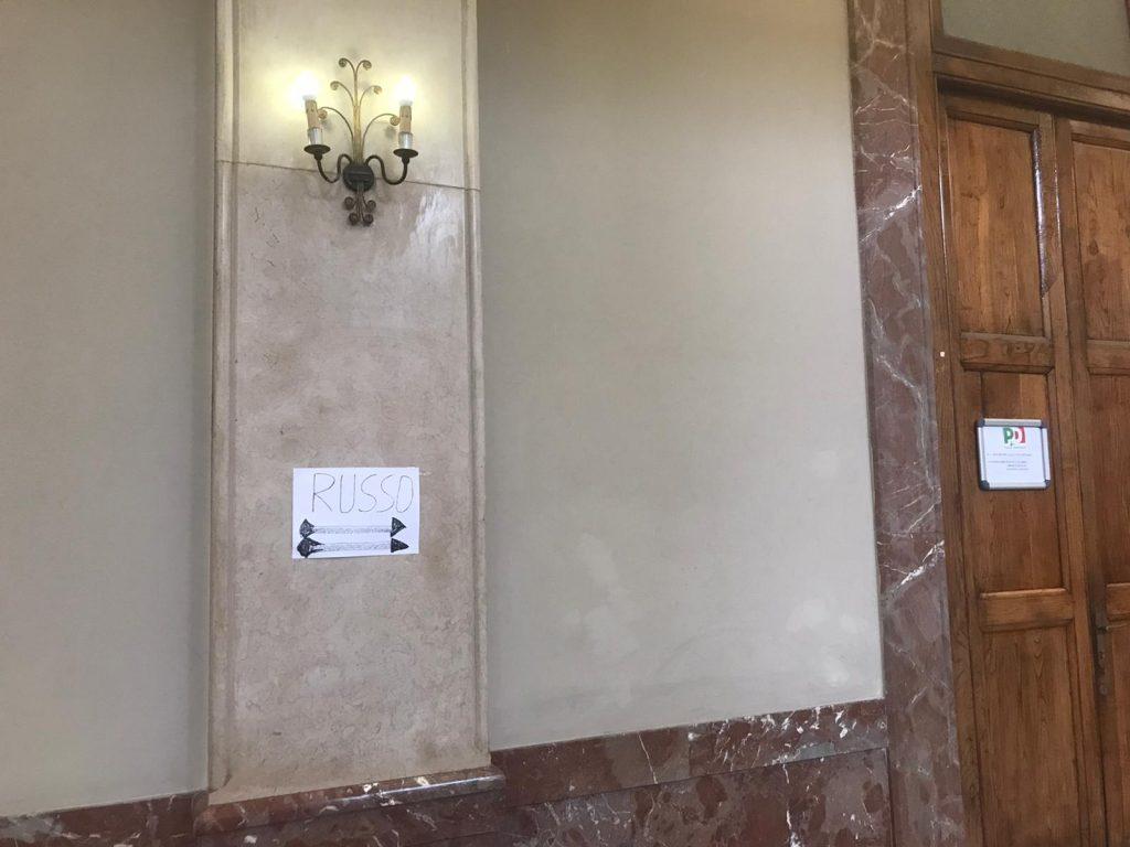 cartello tra le porte di libera me e del pd a palazzo zanca