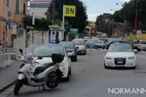 macchina parcheggiata in mezzo alla strada
