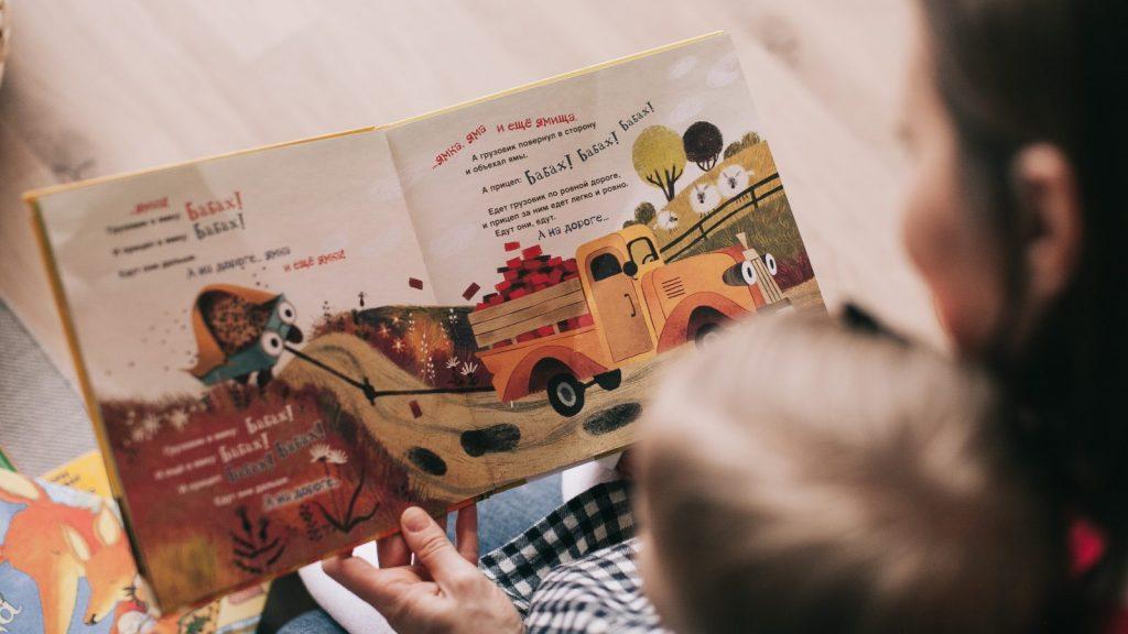 foto di un bambino che legge un libro per bambini