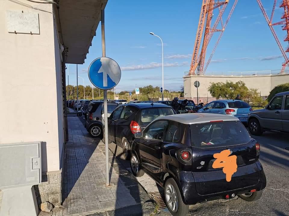 parcheggi selvaggi a torre faro: auto posteggiate dove non si potrebbe