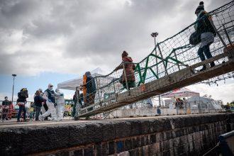 migranti della sea watch 3 che sbarcano a messina