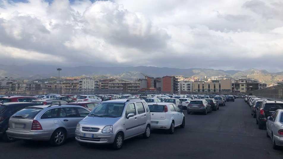 foto di auto posteggiate nel parcheggio Sciva, a Messina