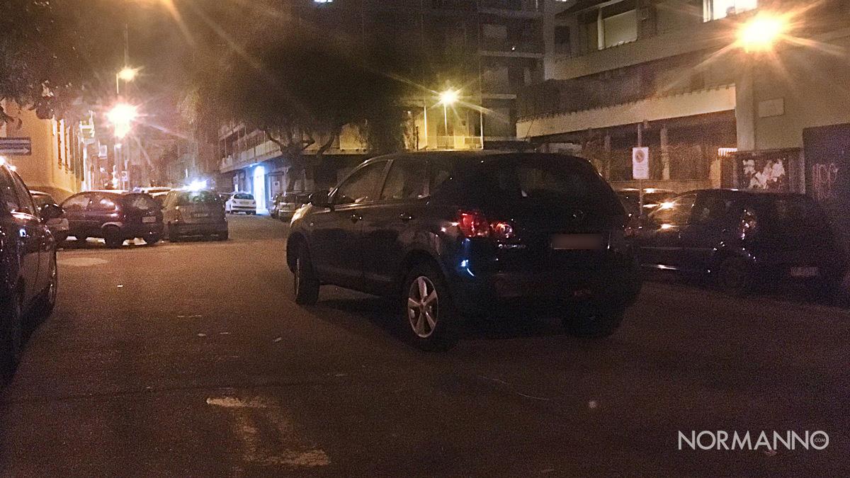 SUV parcheggiato in mezzo alla strada - Messina