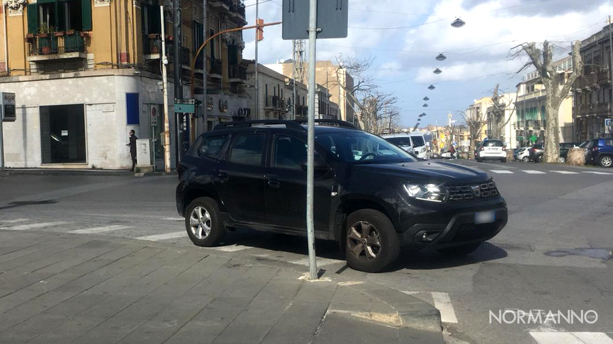 Foto di SUV parcheggiato sulle strisce a piazza Cairoli - Messina