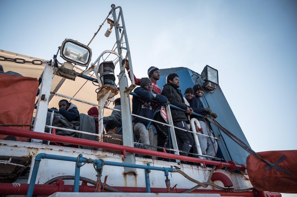 migranti della seawatch 3 al porto di messina