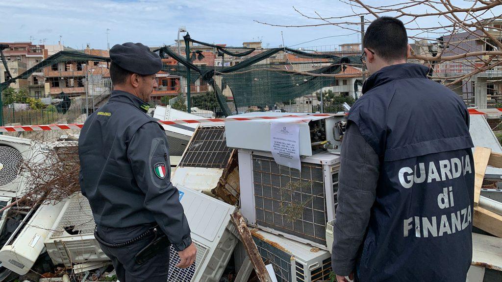 foto della guardia di finanza durante il sequestro di una discarica abusiva di rifiuti a santa teresa di riva, in provincia di messina