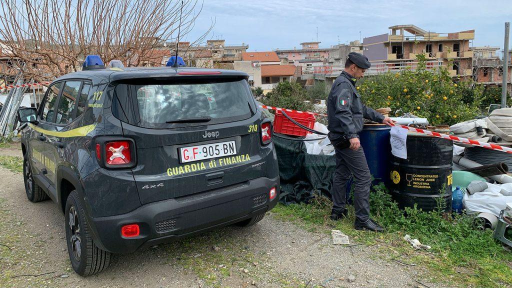 foto della volante della guardia di finanza e degli agenti durante il sequestro di una discarica abusiva di rifiuti a santa teresa di riva, in provincia di messina