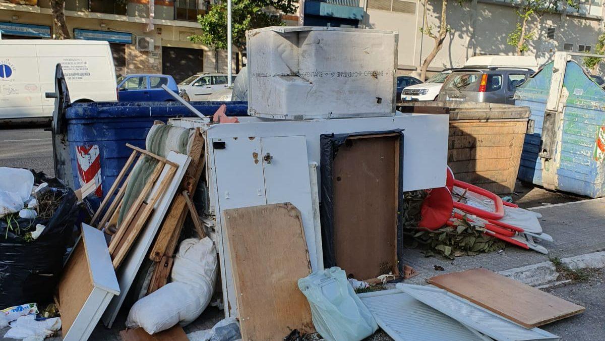 foto di rifiuti ingombranti accatastati per strada a messina