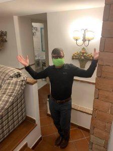 John insieme alla moglie produce mascherine in tessuto