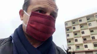 cateno de luca con la mascherina di fronte all'hotel europa