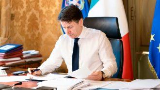 giuseppe conte firma il decreto di chiusura delle fabbriche del 22 marzo