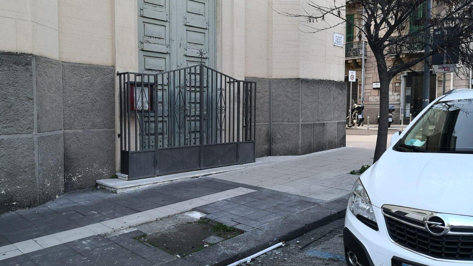 marciapiede rotto di fronte alla chiesa di san giuseppe in via cesare battisti
