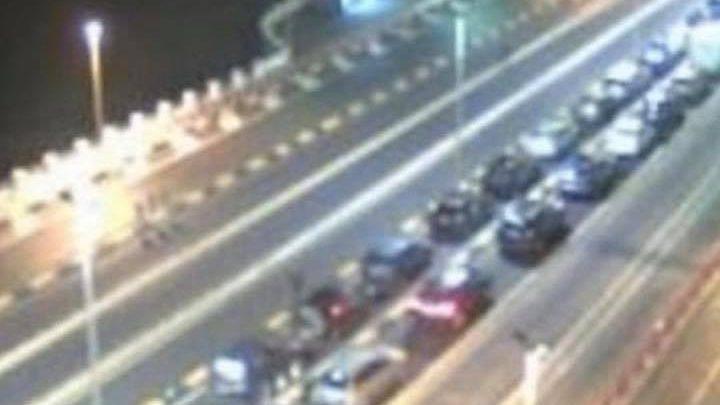 foto delle macchine in attesa di imbarcarsi sul traghetto dalla Calabria verso Messina