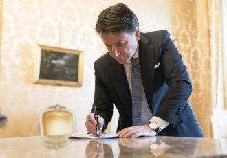 8 marzo 2020 - Foto del presidente del Consiglio Giuseppe Conte mentre firma il decreto contro il coronavirus