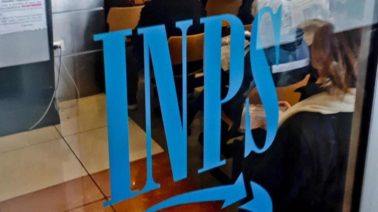 logo dell inps su una vetrata