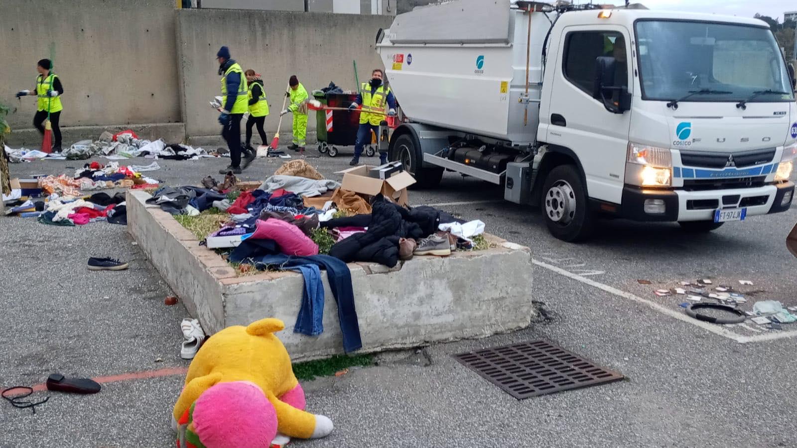 foto degli operatori che ripuliscono il mercato delle pulci di giostra, a messina