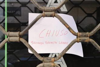 """foto di un negozio di Messina con la scritta """"chiuso"""" a seguito del decreto contenente le misure contro il coronavirus"""