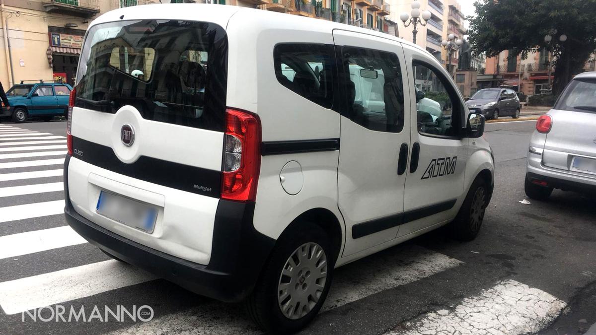 Foto di mezzo ATM parcheggiato sulle strisce pedonali - Messina