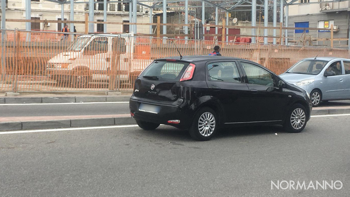 Foto di una Fiat Punto parcheggiata in divieto di sosta