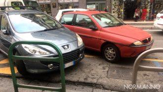 Foto di auto in sosta in un parcheggio destinato ai disabili