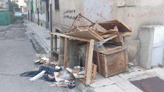 foto di rifiuti ingombranti abbandonati sul marciapiede a messina