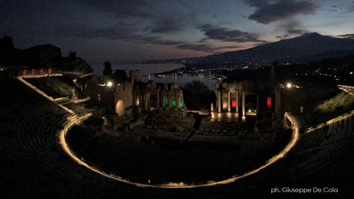 teatro antico di taormina si tinge del tricolore come segno di speranza nella lotta al coronavirus