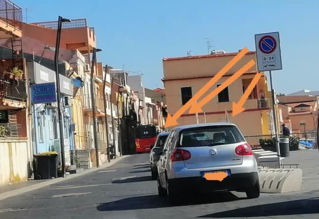 foto di auto parcheggiate in divieto di sosta a torre faro, a messina