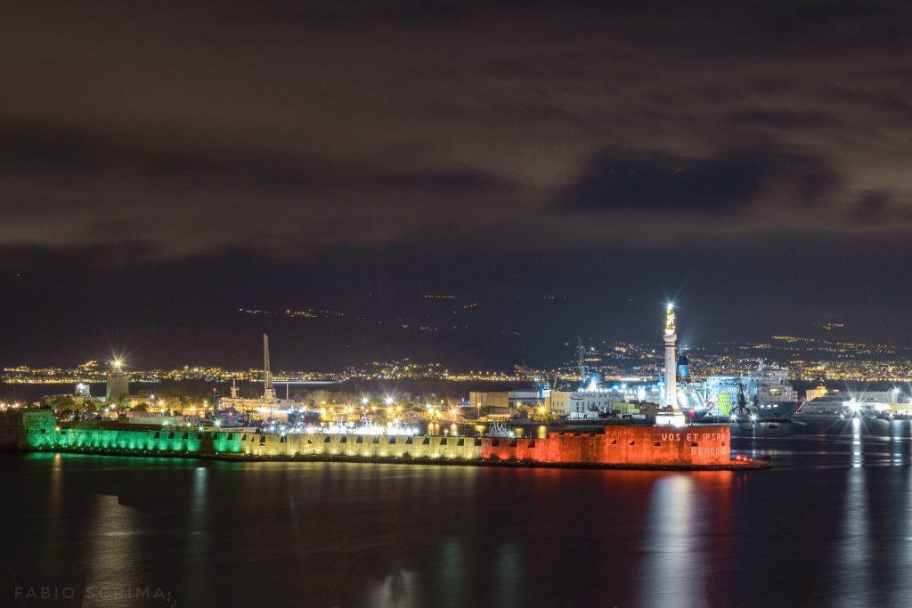 madonnina e forte san salvatore illuminati dal tricolore a Messina – foto di Fabio Scrima