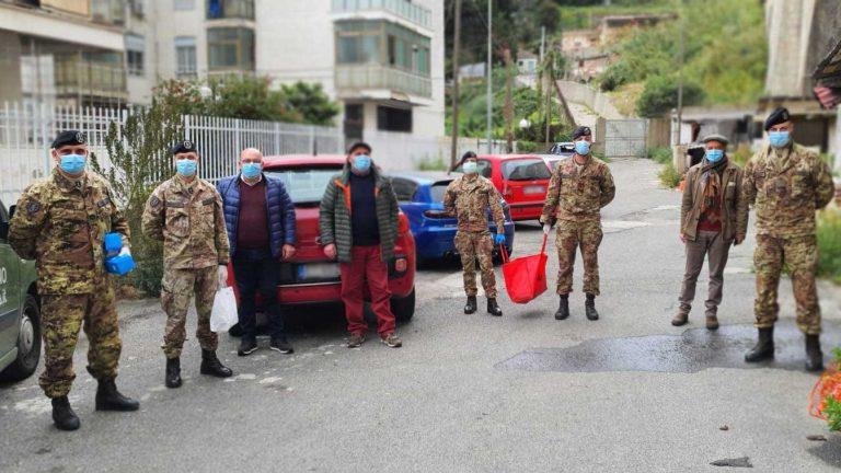 la brigata aosta consegna mascherine e gel disinfettante nelle baraccopoli di messina per contrastare la diffusione del coronavirus