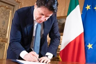 giuseppe conte firma il decreto del 26 aprile di avvio della fase 2 della lotta al coronavirus