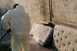 messinaservizi disinfetta e raccoglie materassi abbandonati sul marciapiede a messina