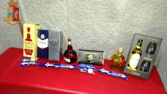 foto di liquori e cioccolatini, refurtiva di un 18enne che ha tentato un furto in un bar pasticceria della zona nord di messina