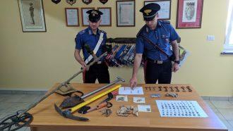 carabinieri che mostrano il materiale sequestrato